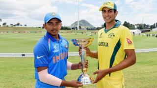 ભારત અને ઓસ્ટ્રેલિયાના અન્ડર 19 ક્રિકેટ ટીમના કેપ્ટન ટ્રોફી સાથે