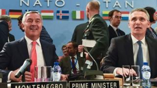 Подгорица завершила переговоры о вступлении в НАТО в мае 2016 года. На фото: экс-премьер Черногории Мило Джуканович (слева) и генсек альянса Йенс Столтенберг на саммите НАТО