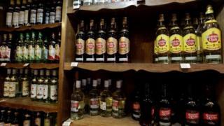 Botellas de ron cubano.
