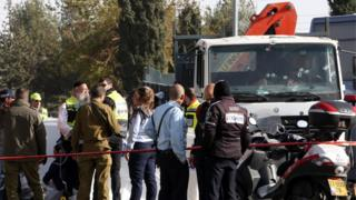 フロントグラスに銃痕が複数残るトラック(8日、エルサレム)