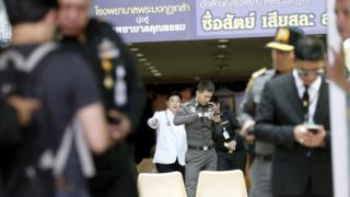 ทหาร ตำรวจ และแพทย์ รวบรวมหลักฐานจากจุดเกิดเหตุระเบิดที่รพ.พระมงกุฎเกล้า