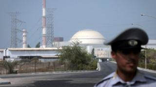 An Iranian security guard standing in front of the Bushehr nuclear power plant in southern Iran (20 August 2015)