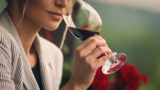 ภาพผู้หญิงดื่มไวน์