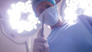 pessoa em sala de cirurgia