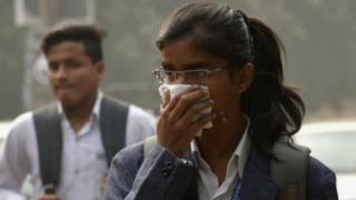 પ્રદૂષણને કારણે નાક પર હાથ મૂકેલી મહિલા