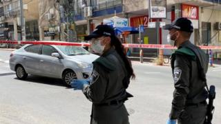 Israeli police guard a road at an entrance to Bnei Brak (03/04/20)