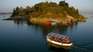 রাঙ্গামাটির কাপ্তাই লেকে পর্যটকবাহী একটি নৌকা দুর্ঘটনায় পাঁচজন মারা গেছেন