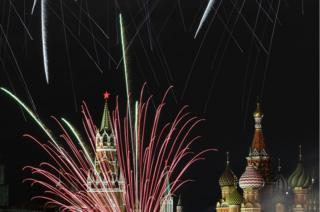 Fuegos artificiales explotan frente al Kremlin en Moscú.