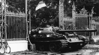 Xe tăng tiến vào Dinh tổng thống ngày 30/4/1975