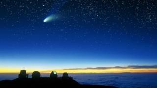 Komet Hale-Bopp terlihat di atas teleskop Mauna Kea.