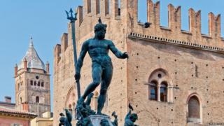 Estátua de Netuno em praça de Bolonha, na Itália