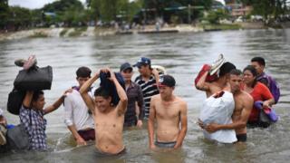 Migrantes cruzan el río Suchiate