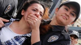 في تركيا منعت الشرطة متظاهرين من السير في ميدان تقسيم في مدينة اسطنبول