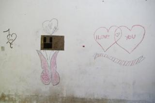 Gadis kecil itu menuliskan pesan rahasia dan menggambar di dinding rumahnya