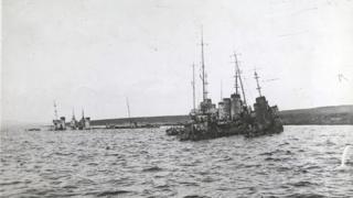 Uno de los barcos alemanes hundiéndose.