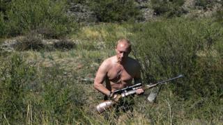 Vladimir Putin, Moğolistan sınırında keskin nişancı tüfeğiyle yürürken