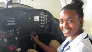 Agnes Keamogetswe Seemela, 15 ans, étudiante sud-africaine, assise dans un avion.