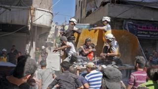 عمليات إنقاذ للضحايا من منزل تعرض للقصف