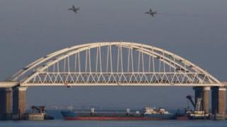 ช่องแคบบริเวณสะพานเชื่อมระหว่างรัสเซีย-ไครเมีย ซึ่งเป็นทางเข้าออกทะเลอาซอฟเพียงแห่งเดียวถูกปิดกั้น