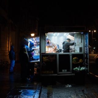 Vendiendo comida callejera