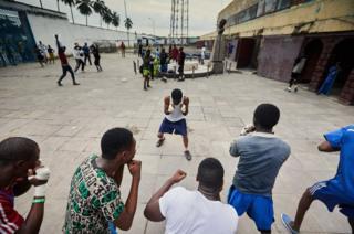 ٹاٹا رفائل سٹیڈیم کے احاطے میں نوجوان باکسروں کی مشق