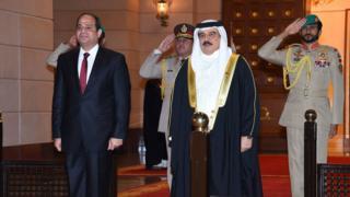 """استقبال السيسي في البحرين"""" على أنغام موسيقى رأفت الهجان"""""""