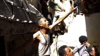 أفراد الإنقاذ يحاولون إخراج بعض المحاصرين تحت الأنقاض