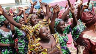 Wasichana 82 wa Chibok walioachiwa huru na Boko Haram, wakijawa na furaha baada ya kikutana na jamaa zao mjini Abuja