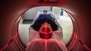 Mujer en un escáner