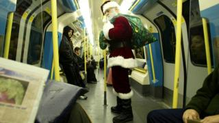 Санта Клаус в вагоне лондонского метро