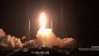 الصاروخ فالكون 9 ينطلق من قاعدة كيب كانافيرال في ولاية فلوريدا يوم الخميس، محملا بـ 60 قمرا صناعيا