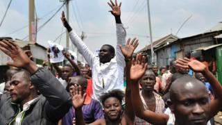 Wafuasi wa Bw Odinga wakisherehekea uamuzi wa mahakama mtaa wa Mathare, nairobi