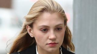 拉維妮婭·伍德沃德在法庭外