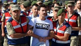 """ارتدى ضابط سابق في القوات الخاصة قميصا كتب عليه """"بطل"""" وهو في الطريق للمحكمة"""