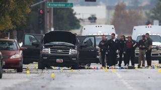 Policiais em cena de tiroteio na cidade de San Bernardino