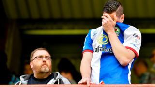 Un supporter de Blackburn pleure après la relégation du club de son coeur