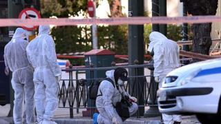 эксперты работают на месте преступления в Афинах