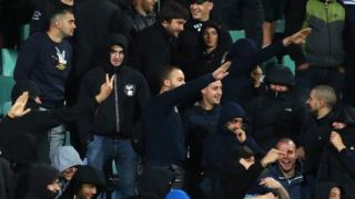 Aficionados hacen un saludo nazi en el estadio