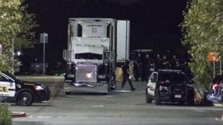 不法移民と疑われる38人を乗せていたトラック(23日、米テキサス州サンアントニオ)