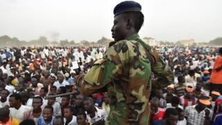 Un soldat de garde durant la campagne de Saleh Kebzaboh, chef de l'opposition au Tchad. (Ph. D'archives)