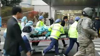 Los médicos trasladan al desertor herido en una camilla dentro de un hospital.