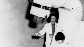 """La Dra. Vera Peters, fotografiada con el """"Cobalt X-otron"""", desarrollado por el equipo científico del Ontario Cancer Institute, 1958"""