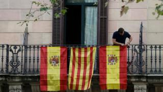 2017年10月10日,西班牙和加泰隆尼亚旗帜悬挂在一阳台上