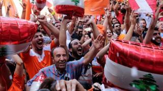 لبنانيون من التيار الوطني الحر يحتفلون بانتخاب ميشال عون رئيسا للبلاد