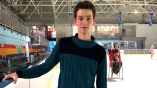 Сергій Бутенко катається на ковзанах