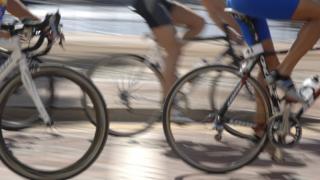 Personas montando bicicleta