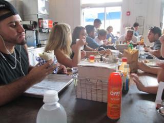 Repelente de mosquitos en una mesa de Coyo Taco