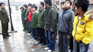 """在中國有一些號稱""""軍事化管理""""的戒網癮學校"""