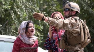 Warga Kabul mencari tahu nasib anggota keluarga setelah terjadi ledakan bom pada Kamis (05/09).