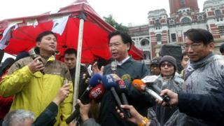 在总统府前抗议的黄国昌(左)拒绝总统府秘书长吴钊燮(中)出面协调。
